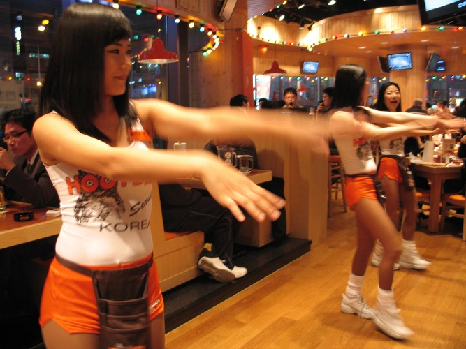 How to Become a Hooters Girl